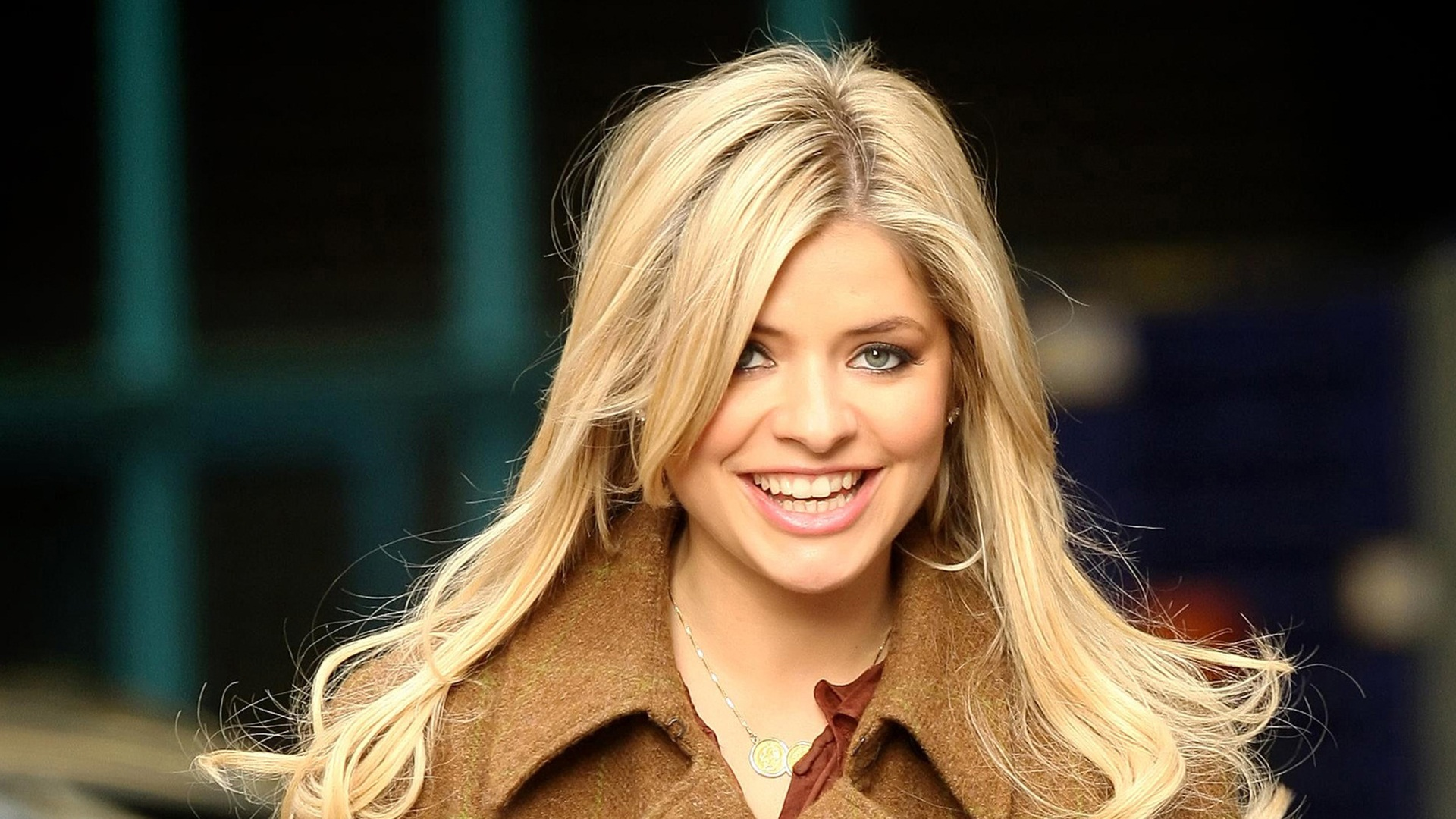 Smiling-Holly-Willoughby-HD-Wallpaper